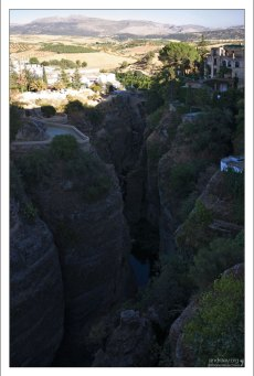 Зажатая ущельем речка Гуадалевин. Ронда, Андалузия, Испания.
