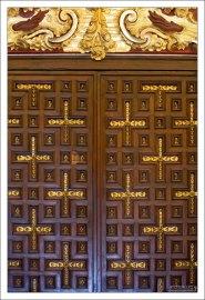 Резные деревянные двери с позолотой в христианской части Мескиты.