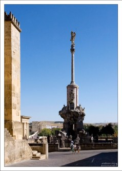 Колонна Архангела Рафаила на площади перед Мескитой.