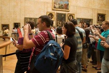 Жаждущие сфотографировать Мона Лизу. Лувр.