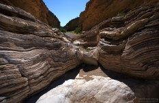 Каньон необычной формы состоит из серых, желтых и красно-коричневых слоев известняка и глинистого сланца в 130 метров толщины.
