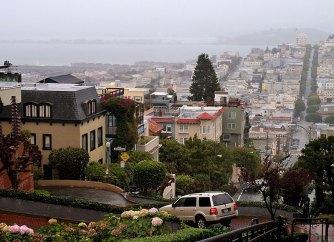 Lombard Street и San Francisco Bay на горизонте.