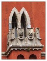 Окно в готическом стиле на Часовой башне. Дворец Пена.