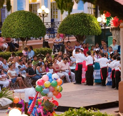 Jaranas в исполненнии детишек на центральной площади Кампече.