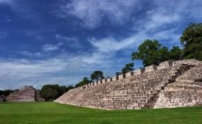 Nohochná (Great House) на входе в древний город Майя - Эцну.