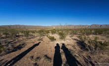 Пустыня, обрамленная горами Chisos Mountains.