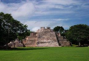 11-метровая пирамида South Temple с наклонным пандусом вместо ступеней - местная особенность. Древний город Майя - Эцна (Edzna).