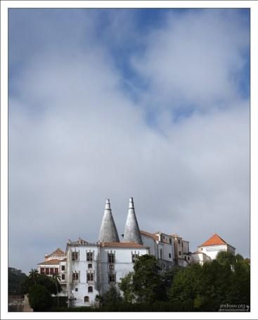 Национальный Дворец Синтры с двумя огромными дымоходами.