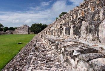 Древние ступени платформы Nohochná. Эцна, полуостров Юкатан.