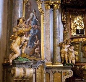 Ангелочки-зубоврачеватели. На стене изображение святой Аполены, которой за отказ отречься от Христа выбили зубы. Покровительница дантистов в Лоретанском монастыре.