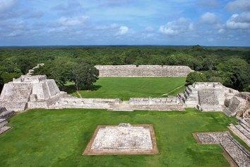 Низкий портик с колоннами (Temazcal) отделяет Меньший Акрополь от центральной плазы. Эцна.