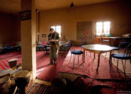 """Илья развлекается игрой на музыкальных инструментах в гостинице """"Auberge de Sud""""."""