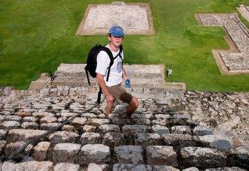 Очень крутая лестница пирамиды Building of the Five Stories (The Palace), с проложенным посередине канатом. Внизу на лужайке человечек для масштаба. Эцна.