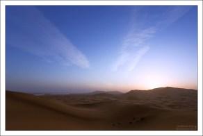 Ранний закат в песках пустыни.