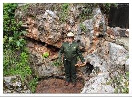 Рейнджер парка Wind Cave National Park у естественного входа в пещеры.