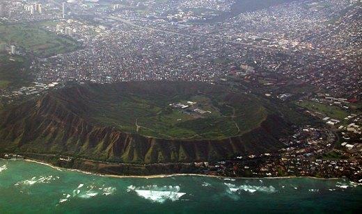 Потухший 10 тысяч лет назад вулкан на острове Оаху. Вид из самолета.