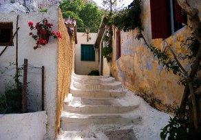 Домики в старинном районе Анафиотика (Anafiotika) у подножия Акрополя.