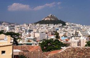 Вид на холм Ликавиттос (Lykavittos Hill) с высоты Акрополя.