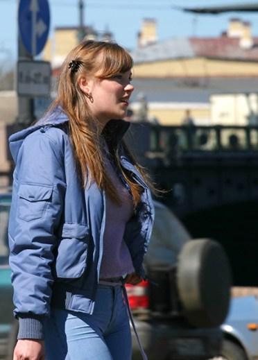 Задорная девушка в синем ансамбле.