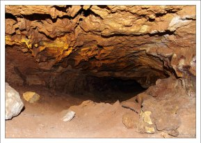 Кальцитовые натёки в пещере.