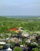 "Вид на парк аттракционов Six Flags и на водный парк ""Hurricane Harbor"" с 18-этажного колеса обозрения Colossus."
