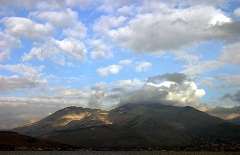 Пушистые облака над горой Monte Orlando. Прибрежный город Gaeta.