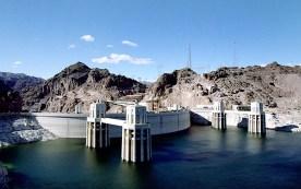 Hoover Dam и озеро Mead. Посередине проходит граница Аризона - Невада.
