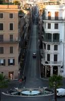 Панорама с вершины Spanish steps на фонтан della Barcaccia и улицу Via Condotti.