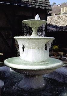 Замерзший фонтан. Гетлинбург, Great Smoky Mountains.