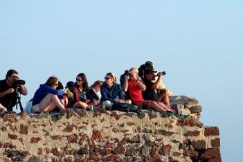 Фотографы и просто туристы в ожидании заката. Поселение Ия.