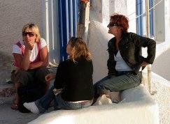 Женская компания на улицах поселения Ия.