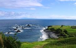 Тихий океан у побережья Kipahulu. Справа на обрыве находится могила авиатора Чарльза Линдерберга.