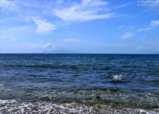 Тихий океан у южной оконечности острова Мауи. Вдали виднеется кратер Молокини.