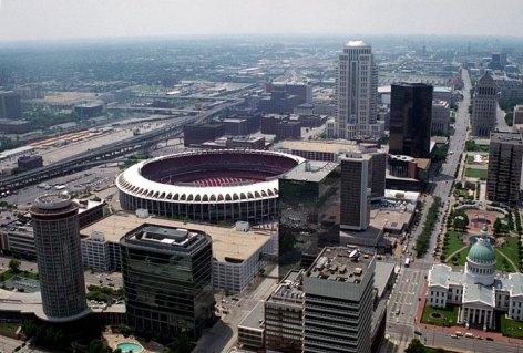 Панорама с арки Gateway на стадион и деловой центр Сент-Луиса.