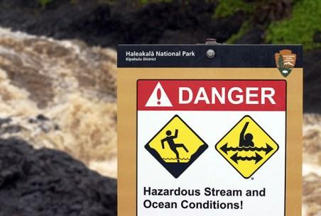 Знак, предупреждающий об опасности у священных водопадов.