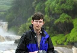 Илья готовится к съемке у 7-ми священных водопадов.