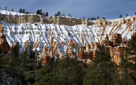 """Стены Брайс каньона под снегом. Вид с тропы """"Навахо""""."""