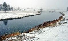 Незамерзающая даже зимой Огненная река (Firehole river).