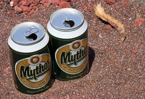 """На красном пляже с местным пивом """"Mythos""""."""
