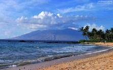 Пляж Макена и горы, возвышающиеся на западной части острова.