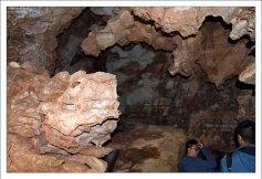 Изъеденные водой и временем стены пещеры Wind Cave.