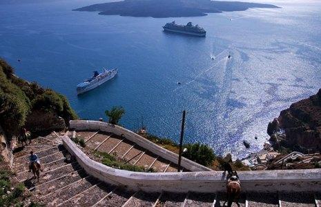 Лестница к старому порту Фиры и ослики.