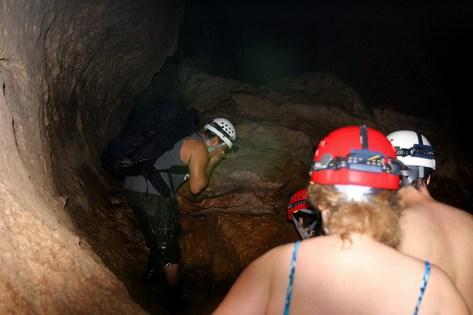 На втором уровне пещеры ATM, воды всего лишь по колено.