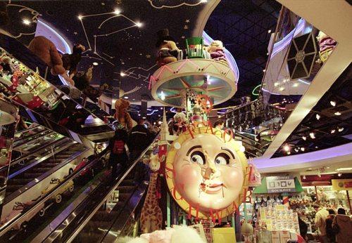 """Огромный магазин игрушек """"Schwarz store""""."""