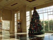 """Рождественская ёлка внутри отеля """"Mandalay Bay""""."""