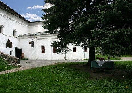 """Столики на открытом воздухе перед рестораном """"Детинец"""" в Кремле. Великий Новгород."""