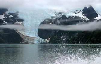 Синий язык Северо-Западного ледника и низкая облачность.