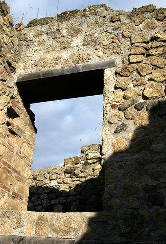 Оконный проем, извлеченный из-под пепла, Геркуланум.
