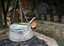 Старинная монашеская кухня с посудой. Монастырь Megalo Meteoro. Метеоры.