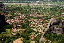 Красные черепичные крыши домов в Kastraki. Метеоры.